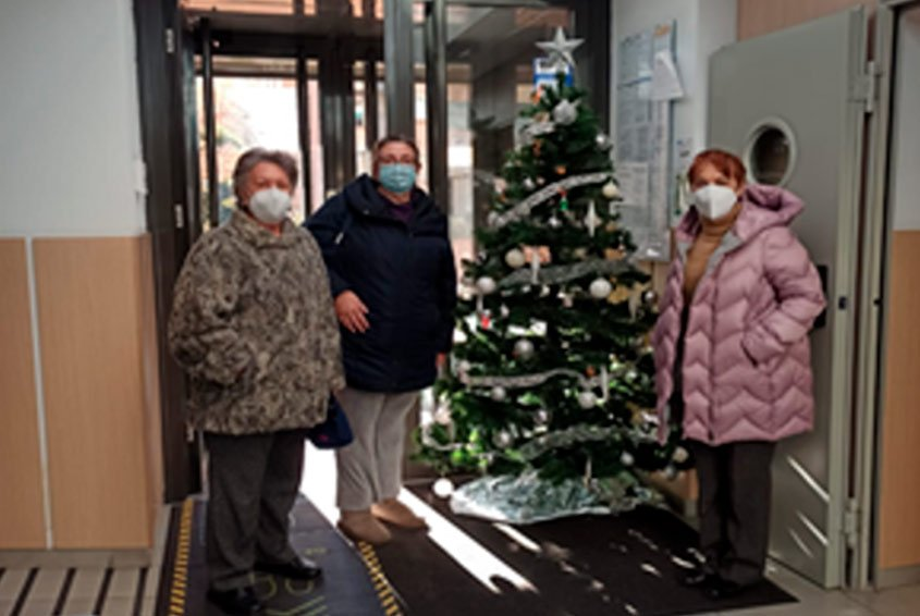 Volunteers in charge of Christmas decorations